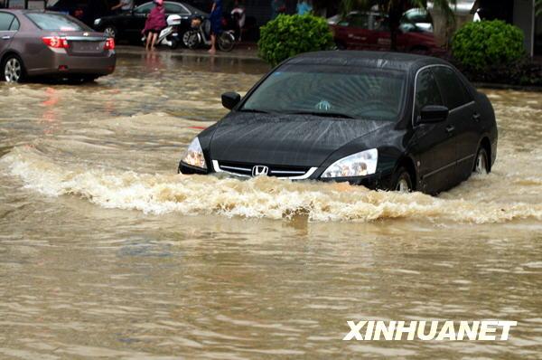 湛江市街头,一辆小轿车缓慢涉水前行 当日下午,广东湛江市区骤高清图片