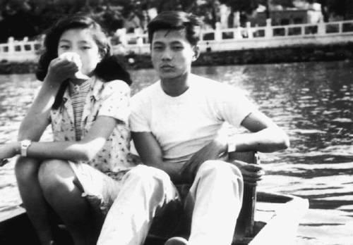 1950年洪君彦与章含之在北海公园划船,这是两人第一次合影 (摘自河南文艺出版社《不堪回首――我和章含之离婚前后》 图片仅供本书宣传。如需转载,请与我们联系 rexian@peopledaily.com.cn)