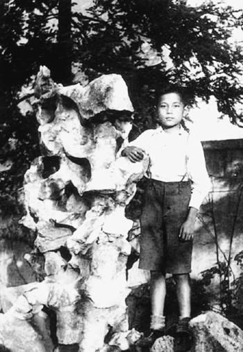 1942年,10岁的小学生洪君彦在上海福熙路547号洪家花园内 (摘自河南文艺出版社《不堪回首――我和章含之离婚前后》 图片仅供本书宣传。如需转载,请与我们联系)