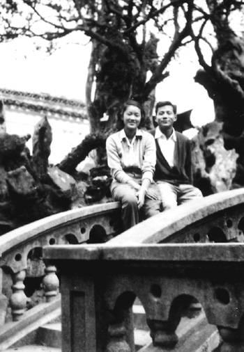 1953年洪君彦陪章含之到上海见生母后,顺便到苏州一游(摘自河南文艺出版社《不堪回首――我和章含之离婚前后》 图片仅供本书宣传。如需转载,请与我们联系 rexian@peopledaily.com.cn)