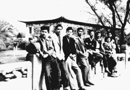 1950年一群风华正茂的燕京大学学生,西校门的校友桥,右一为洪君彦 (摘自河南文艺出版社《不堪回首――我和章含之离婚前后》 图片仅供本书宣传。如需转载,请与我们联系 rexian@peopledaily.com.cn)