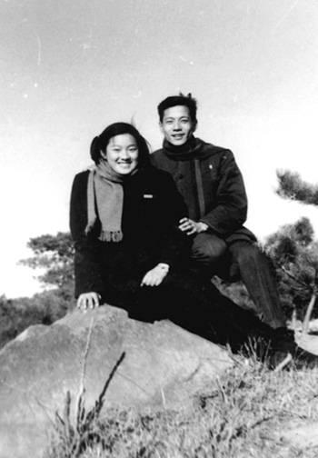 1956年洪君彦同章含之在北京颐和园(摘自河南文艺出版社《不堪回首――我和章含之离婚前后》 图片仅供本书宣传。如需转载,请与我们联系 rexian@peopledaily.com.cn)