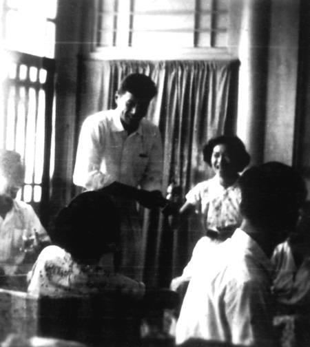 1957年两人在东四八条章家举行婚礼,招待新娘的同学(摘自河南文艺出版社《不堪回首――我和章含之离婚前后》 图片仅供本书宣传。如需转载,请与我们联系 rexian@peopledaily.com.cn)