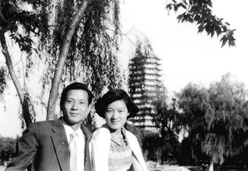 1957年洪君彦和章含之结婚后在北大校园留影(摘自河南文艺出版社《不堪回首――我和章含之离婚前后》 图片仅供本书宣传。如需转载,请与我们联系 rexian@peopledaily.com.cn)