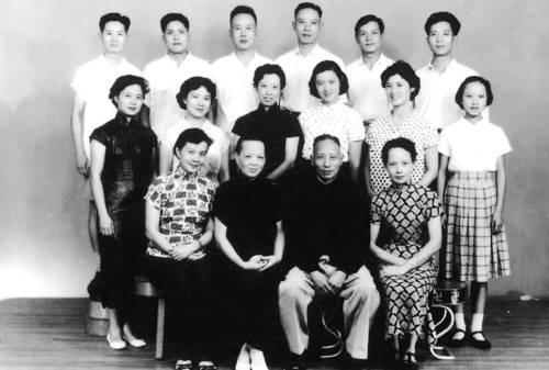 1959年7月洪君彦携眷回到上海省亲时照的合家欢二排右三为章含之,三排右二位洪君彦(摘自河南文艺出版社《不堪回首――我和章含之离婚前后》 图片仅供本书宣传。如需转载,请与我们联系 rexian@peopledaily.com.cn)