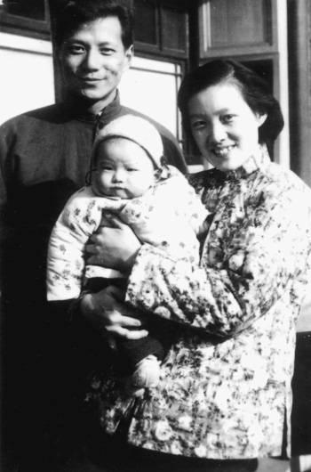 1961年一家三口(摘自河南文艺出版社《不堪回首――我和章含之离婚前后》 图片仅供本书宣传。如需转载,请与我们联系 rexian@peopledaily.com.cn)