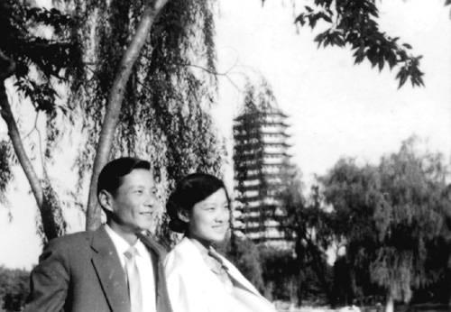 1957年两人婚后在北京大学校园留影(摘自河南文艺出版社《不堪回首――我和章含之离婚前后》 图片仅供本书宣传。如需转载,请与我们联系 rexian@peopledaily.com.cn)