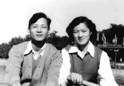 1964年在北海划船(摘自河南文艺出版社《不堪回首――我和章含之离婚前后》 图片仅供本书宣传。如需转载,请与我们联系 rexian@peopledaily.com.cn)
