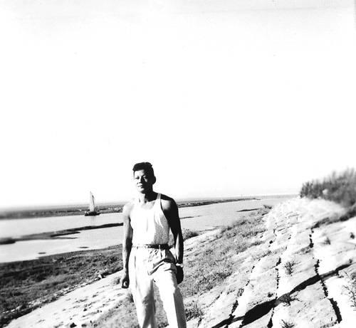 1970年在江西鲤鱼洲五七干校(摘自河南文艺出版社《不堪回首――我和章含之离婚前后》 图片仅供本书宣传。如需转载,请与我们联系 rexian@peopledaily.com.cn)