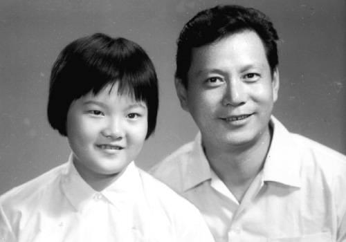 1973年洪晃出国前,与爸爸到照相馆合影留念(摘自河南文艺出版社《不堪回首――我和章含之离婚前后》 图片仅供本书宣传。如需转载,请与我们联系 rexian@peopledaily.com.cn)