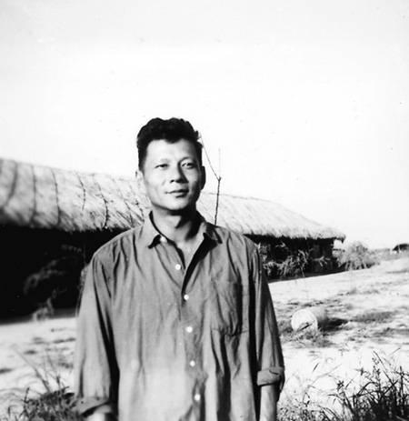1970年洪君彦在江西鲤鱼洲五七干校,背后的草棚是洪设计建造的