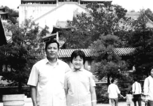 洪君彦和洪晃 (摘自河南文艺出版社《不堪回首――我和章含之离婚前后》 图片仅供本书宣传。如需转载,请与我们联系 rexian@peopledaily.com.cn)