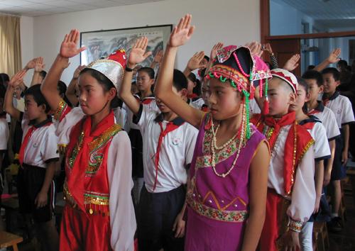 少先队员们敬队礼-红领巾心爱祖国 五自治区各族少年儿童用红领巾绣