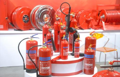 图为各种大小的灭火器 摄影  -国际消防展在京举行 高科技救援器材引