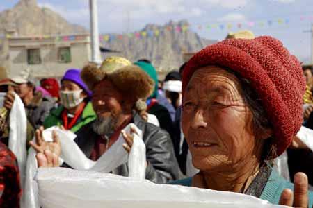 爱心/藏族同胞给爱心团成员敬献哈达,祝福扎西德勒