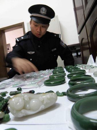 余志雄/长沙市公安局天心分局民警正在清点破案后追回的珠宝玉器。实习...