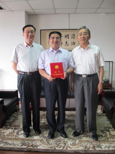 中华慈善总会会长范宝俊(右)、中华慈善总会常委副会长李本公(左)与陈光标亲切合影。