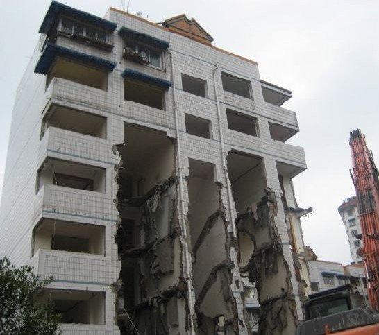 1日,四川绵阳一栋7层住宅楼,顶楼一户人家未搬,5层楼梯被挖掘机拆掉。网友供图
