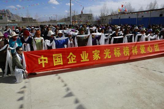 一路 阿勒泰/中国企业家光标榜样爱心团春节到新疆阿勒泰发红包。