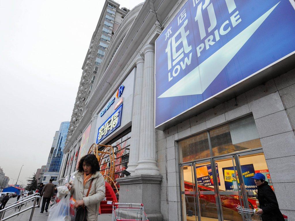 """北京/2011年1月27日,在北京家乐福广渠门店,购买完商品的顾客在""""..."""