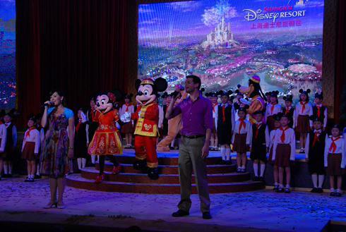迪士尼/身穿唐装的米老鼠等20个迪士尼卡通人物进行了精彩表演
